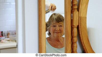 het kammen, oude vrouw, haar, voorkant, van, spiegel, 4k