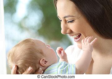 het kijken, baby, vrolijke , haar, moeder