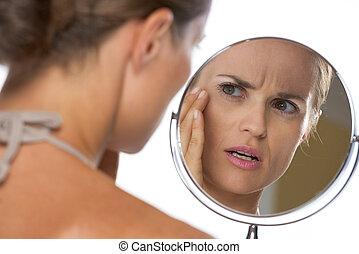 het kijken, betrokken, vrouw, jonge, spiegel