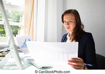 het kijken, businesswoman, documenten