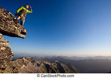 het kijken, forward., jonge man, het overzien, bergketen