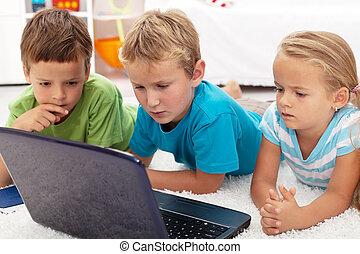 het kijken, geconcentreerde, draagbare computer, geitjes, computer