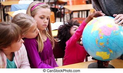 het kijken, globe, leerlingen, vrolijke