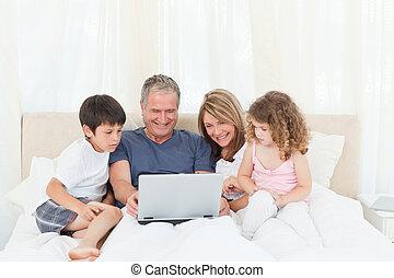 het kijken, hun, draagbare computer, gezin