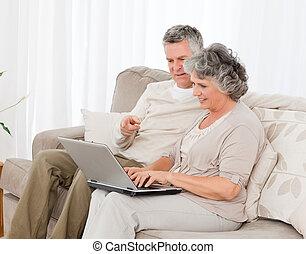 het kijken, hun, draagbare computer, minnaars, gepensioneerd