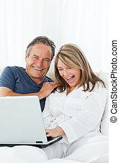 het kijken, hun, draagbare computer, minnaars, middelbare leeftijd