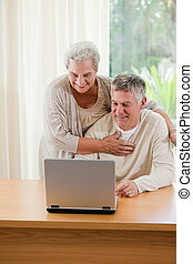 het kijken, hun, draagbare computer, paar, senior