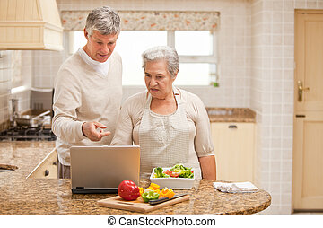 het kijken, hun, paar, draagbare computer, middelbare leeftijd