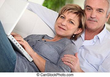 het kijken, hun, paar, draagbare computer