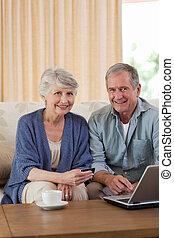 het kijken, hun, paar, gepensioneerd, draagbare computer