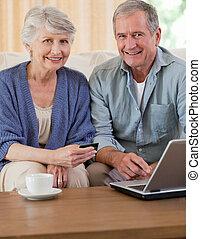 het kijken, hun, paar, gepensioneerd, schoot