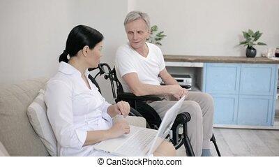 het kijken, invalide, verpleegkundige, na, man