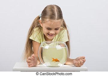 het kijken, oud, zes, dons, aquarium, jaar, goudvis, meisje, vrolijke