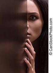 het kijken, scared., vrouwlijk, brunette, jonge, gezicht, deuropening, vrees, helft, vrouw, mooi