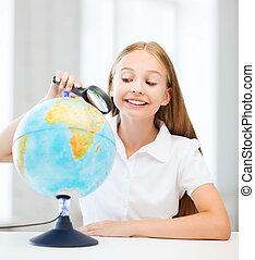 het kijken, vergrootglas, globe, kind