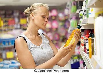 het kijken, vrouw, shampoo, winkel, fles