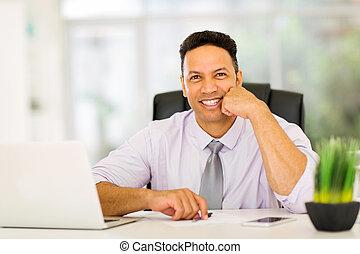het kijken, zakenman, fototoestel, kantoor, zittende
