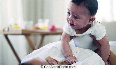 het knuffelen, aanhankelijk, jonge, bed., binnen, moeder, ...