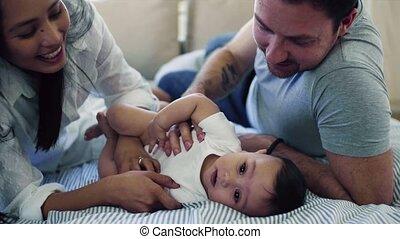 het knuffelen, aanhankelijk, paar, jonge, bed., binnen, baby