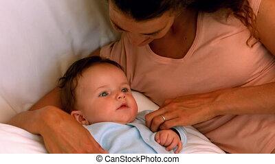 het knuffelen, haar, moeder, baby jongen, bed