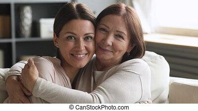 het knuffelen, het kijken, hartelijk, dochter, mamma, ouder...