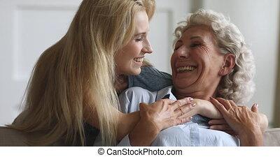 het knuffelen, jonge, bejaarden, aantrekkelijk, mother., ...