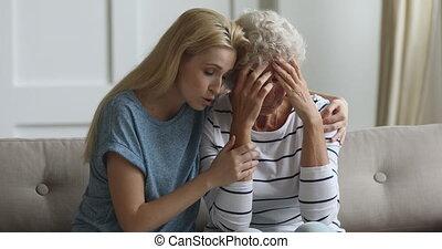 het knuffelen, medelijdend, jonge, het schreeuwen, mother., ...