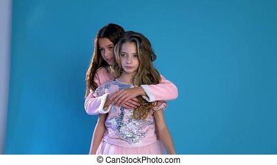 het knuffelen, meiden, twee, lach, modieus