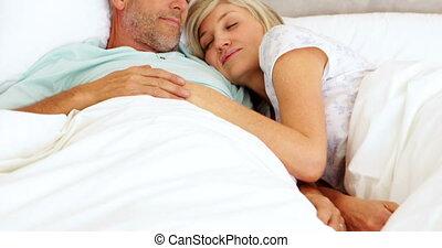 het knuffelen, paar, het liggen, bed