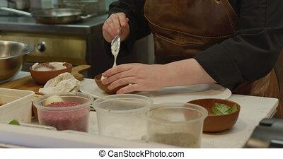 het koken, keuken, vrouw kaukasiër