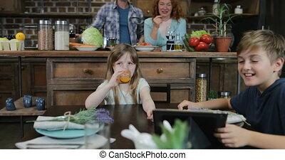 het koken, na, wachten, samen, het kijken, diner, ouders, thuis, wijntje, kinderen, drank, keuken