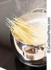 het koken, spaghetti, pan, verticaal