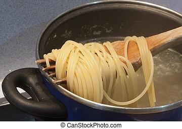 het koken, spaghetti