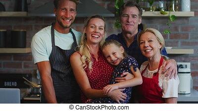 het koken van de familie, thuis, vrolijke , samen