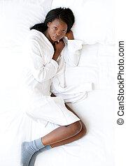 het liggen, afro-amerikaanse vrouw, bed, haar