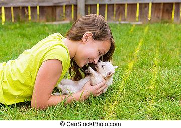 het liggen, dog, geitje, meisje, puppy, wei, vrolijke
