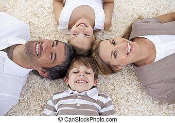 het liggen, hoofden samen, gezin, vloer