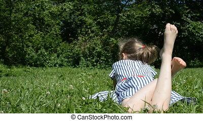 het liggen, weinig; niet zo(veel), groene, grass., meisje
