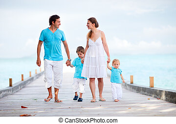 het lopen van de familie, langs, kade