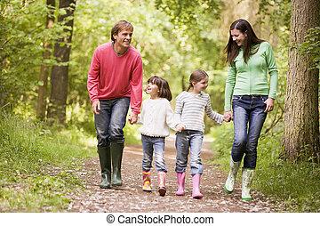het lopen van de familie, op, steegjes, holdingshanden, het glimlachen