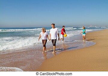 het lopen van de familie, op, strand