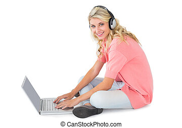 het luisteren, zittende , draagbare computer, jonge, muziek, mooi, gebruik, blonde