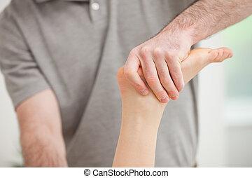 het manipuleren, enkel, fysiotherapeut, patiënt