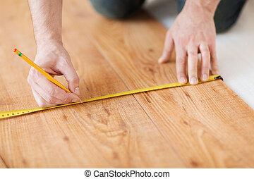 het meten, bevloering, op, hout, handen, afsluiten, mannelijke