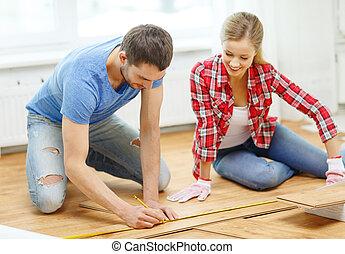 het meten, het glimlachen, hout, paar, bevloering