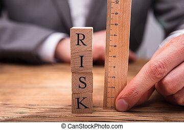 het meten, houten, businessperson, blokjes, verantwoordelijkheid