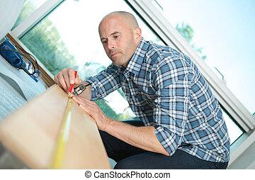 het meten, werkende , meetlatje, timmerman, hand, hout, plank