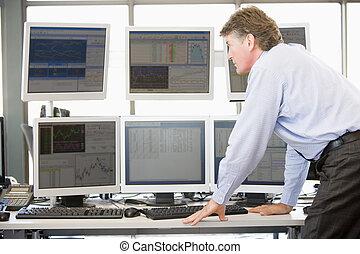 het onderzoeken, handelaar, computer controleert, liggen