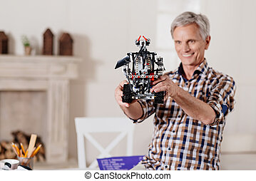 het onderzoeken, het glimlachen, speelbal, opa, robot