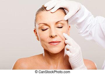 het onderzoeken, vrouw arts, leeftijd, midden, huid